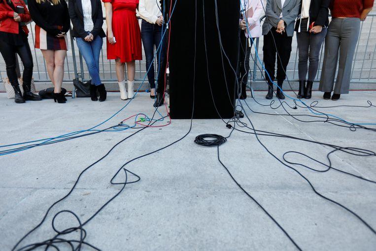 The Silence Breakers, een groep vrouwen die vertelden over Harvey Weinstein, praten met de pers na het proces.  Beeld REUTERS
