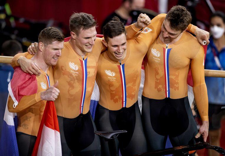 Roy van den Berg, Jeffrey Hoogland, Harrie Lavreysen en Matthijs Buchli na de finale van het teamsprint baanwielrennen in het Izu Velodrome op de Olympische Spelen in Tokio.  Beeld ANP