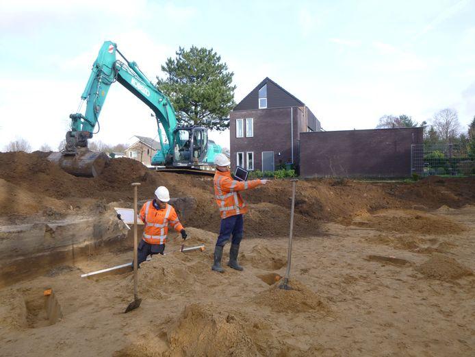 Archeologen aan het werk op het terrein van de Vossenvelde Mavo in Bennekom.