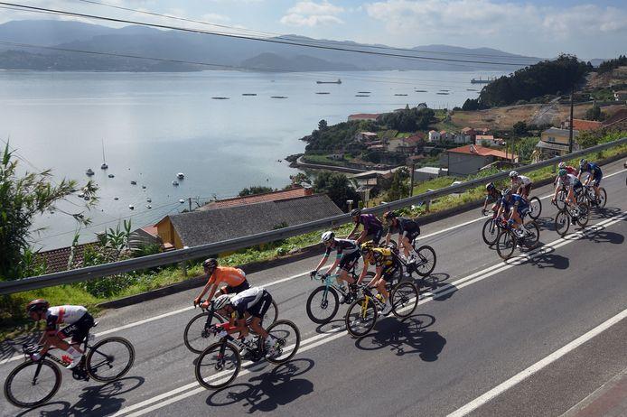 Het peloton in actie tijdens de twintigste etappe in de Ronde van Spanje.