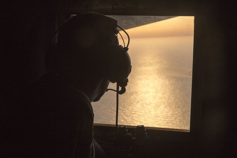 Een soldaat speurt boven de Middellandse Zee naar sporen van het neergestorte vliegtuig. © Beeld epa