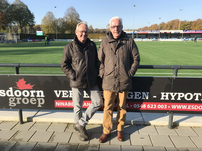 Jan-Pieter van Vree (links) en Jos van Rhee vormen samen het creatieve brein achter de theatershow, waarmee het eeuwfeest van voetbalclub De Zweef medio volgend jaar in het ZINiN Theater in Nijverdal wordt gevierd.