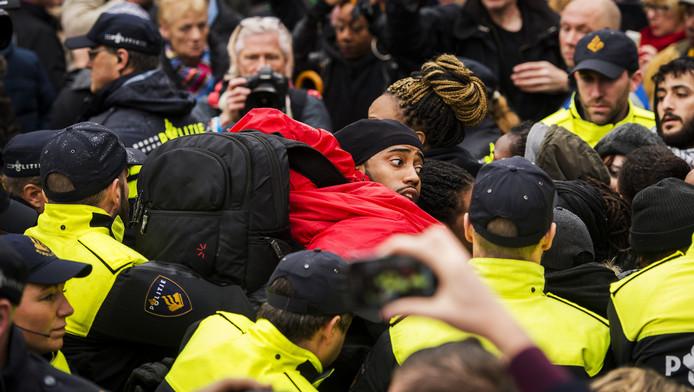De politie arresteerde tijdens de intocht diverse demonstranten