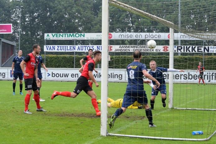 Luuk Langeveld maakt de gelijkmaker voor De Treffers tegen JVC.