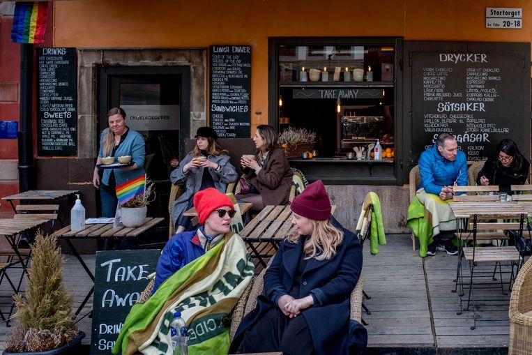 Jassen aan, dekens om, meer afstand houden in de Zweedse hoofdstad. Beeld Getty Images
