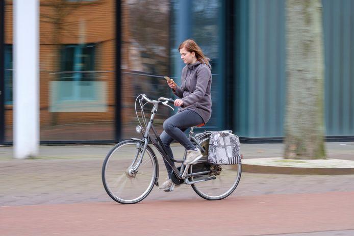 Sinds 1 juli kan appen op de fiets je een boete van 95 euro kosten.