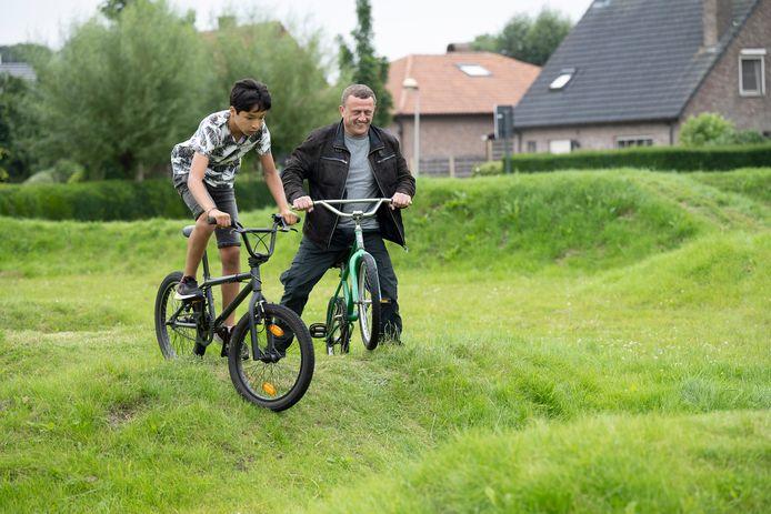 Opening van het BMX-parcours in Kalmthout. Schepen Jan Oerlemans waagde ook een poging.
