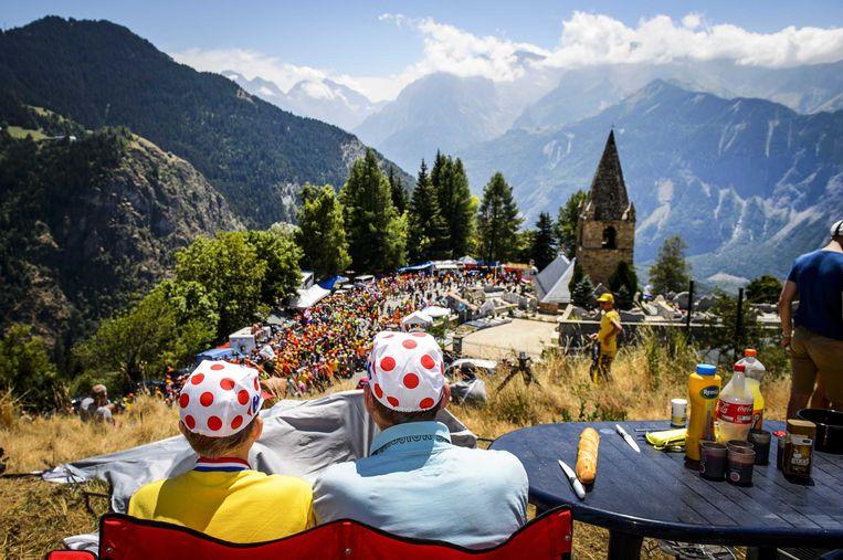 Duizenden Nederlanders vieren feest in bocht 7 van Alpe d'Huez, tijdens de vorige Tour-passage in 2015. Beeld ANP