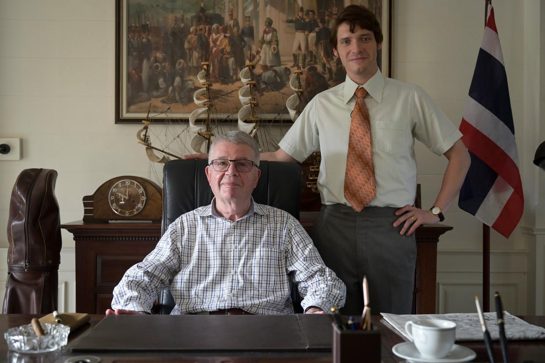 Ex-diplomaat Herman Knippenberg (links) met de Britse acteur Billy Howle, die hem speelt in de dramaserie 'The Serpent'. Beeld BBC