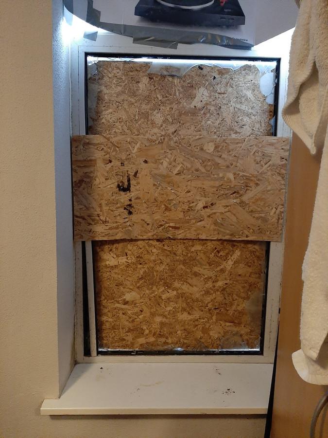 Het weggeblazen raam in de slaapkamer van de oudste zoon.