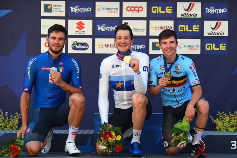 De Italiaan Filippo Ganna (zilver), de Zwitser Stefan Küng (goud) en onze landgenoot Remco Evenepoel (brons) vormen het podium van het EK tijdrijden in Trento. Beeld Photo News