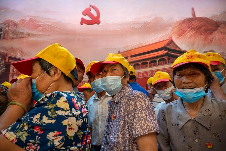Bezoekers aan de plek in Shanghai waar de Chinese Communistische Partij in 1921 werd opgericht.  Beeld Andrea Verdelli / Getty