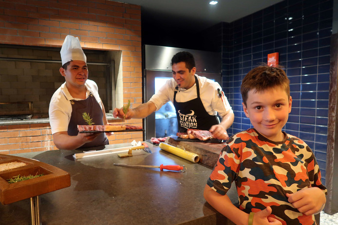 Elliot wilde graag kijken hoe het vlees wordt klaargemaakt. Geen probleem, vonden de koks van het Paloma Orenda Resort in Side.