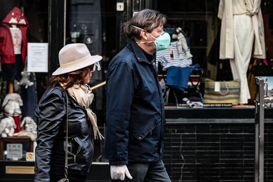 Een man met een mondkapje op in het centrum van Nijmegen.