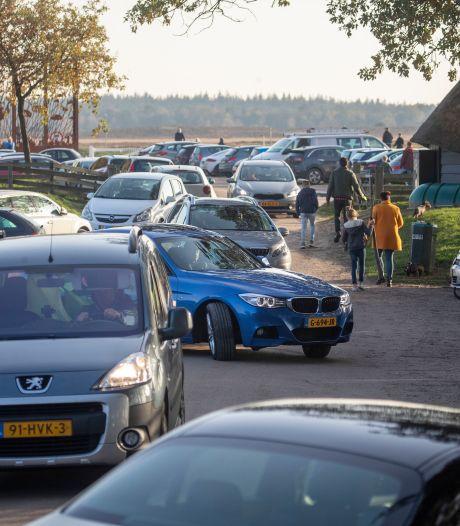 Ede waarschuwt: parkeer niet in de berm bij de Ginkelse heide want hulpdiensten kunnen er niet door