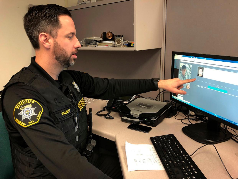Sheriff Jeff Talbot laat zien hoe zijn beelden van een beveiligingscamera met gezichtsherkenningssoftware worden vergeleken met de politie-fotodatabase van overtreders.  Beeld AP