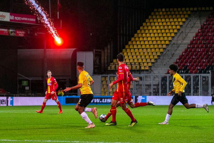 Vuurwerk landt in het stadion tijdens het bekertreffen GA Eagles-NAC.