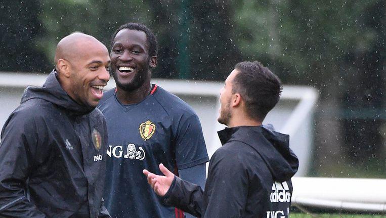 Eden Hazard en Romelu Lukaku met Thierry Henry op training bij de Rode Duivels. Beeld Photo News