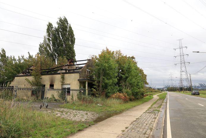 De boerderij ligt aan de Oostlangeweg, net buiten de dorpskom van Doel waar men enkel kan binnenrijden via een slagboom.
