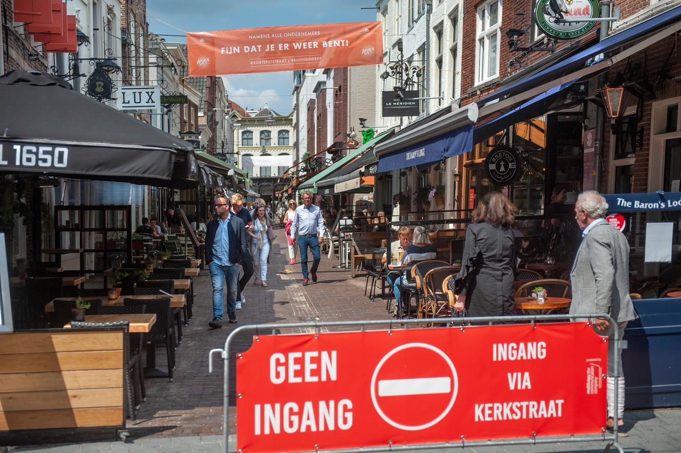 In de Korte Putstraat in Den Bosch geldt eenrichtingsverkeer vanwege het coronavirus.