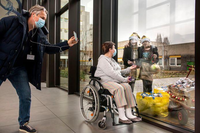 De Dordtse Anja van den Berg nam dinsdag symbolisch een bal in ontvangst. Vanwege de veiligheid zat ze binnen in de gang voor het raam, met Pam en Cato aan de andere kant van het glas.