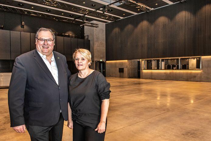 Schepen Dirk Lievens en schepen Nathalie Muylle (beiden CD&V) in de polyvalente zaal die straks wordt geopend.