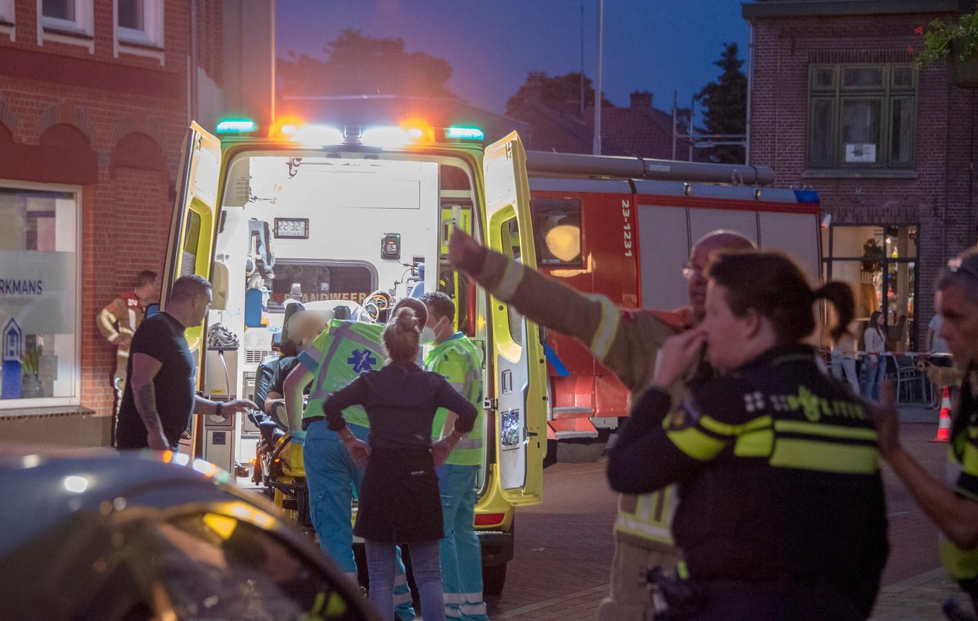 Hulpdiensten nadat auto terras van de Stadsherberg in Gennep inreed.