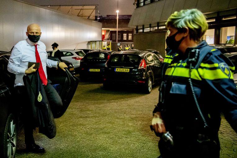Minister van justitie Ferd Grapperhaus woensdag in gesprek met agenten bij het politiebureau in de Maashaven. Beeld ANP