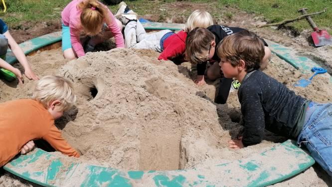 Kleuters van De Vlindertuin maken zelf eigen zandbak