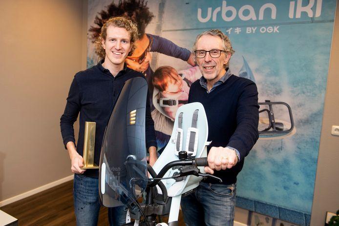 """Aron (links) en Ronald Scheppink brachten het populaire kinderfietsstoeltje Urban Iki op de markt. """"Ik wilde beslist dat het bedrijf in Nijverdal kwam"""", zegt Ronald."""