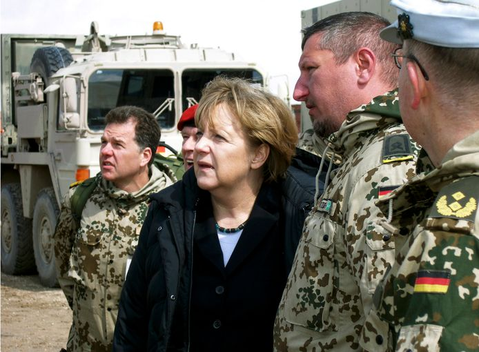 Bondskanselier Angela Merkel (midden) bezocht het Duitse kamp Marmal in het noorden van Afghanistan in 2012.