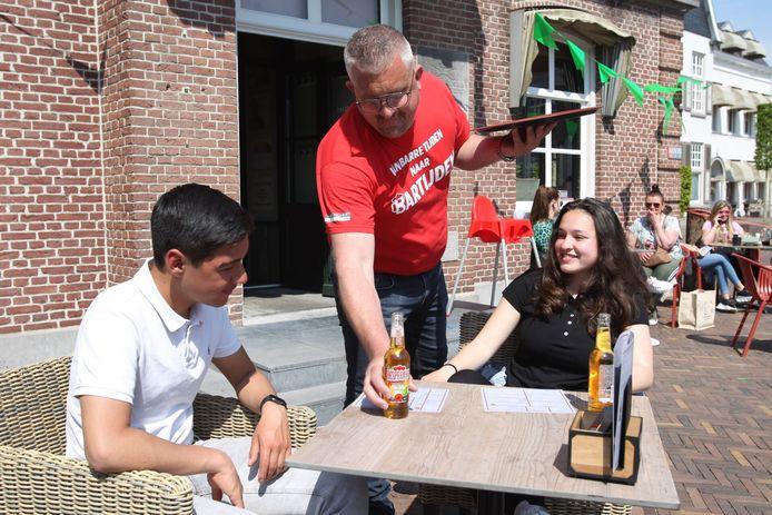Ook in Geldrop worden de drankjes op het terras uitgeserveerd.