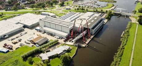 Nieuw superjacht (mét beachclub) in aanbouw in Vollenhove: Royal Huisman deelt eerste foto's