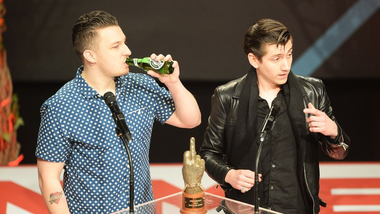 Matt Helders en Alex Turner van Arctic Monkeys bij de uitreiking van de NME Awards. Beeld getty