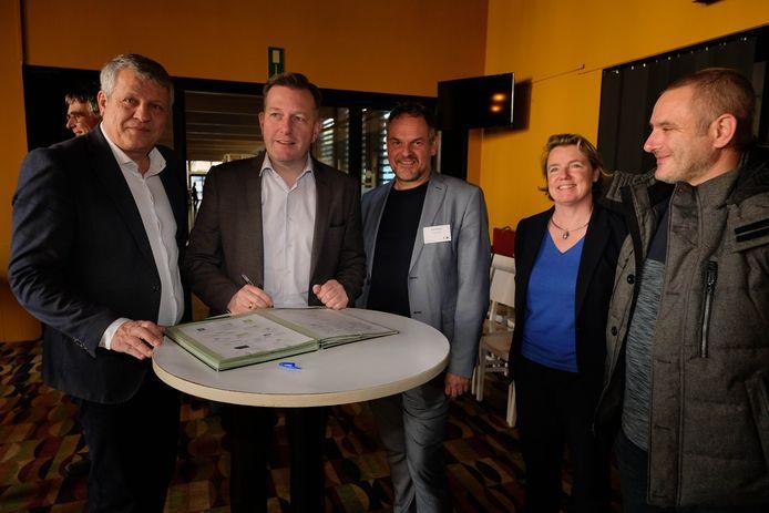 Een delegatie van het Mechels stadsbestuur ondertekende het charter.