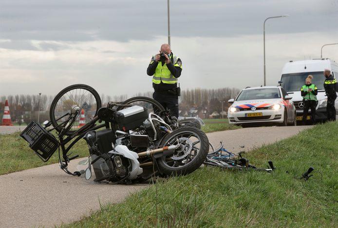 De Verkeersongevallenanalyse doet onderzoek naar de toedracht van de botsing tussen een motoragent en twee jonge fietsers, vrijdag op de Aerdtseweg tussen Babberich en Herwen.