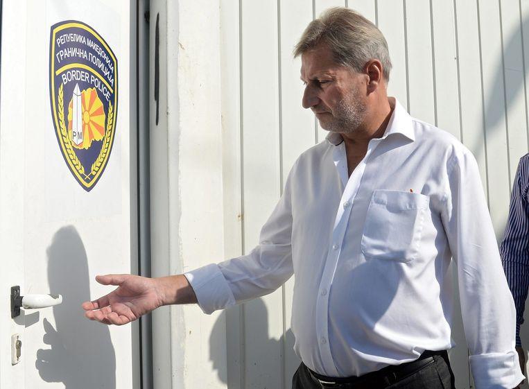 Johannes Hahn bezoekt een registratiepunt voor vluchtelingen in Gevgelija, Macedonië. Beeld EPA