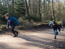 Geld ophalen met water sjouwen in de bossen in Beek