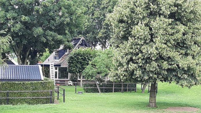 Ook is schade zichtbaar aan de zijkant van de boerderij.