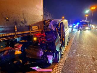 Zwaar ongeval op E40 in Erpe-Mere: bestelwagen gekneld onder vrachtwagen