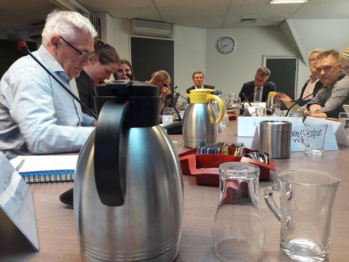 Raadscommissie algemene zaken vergadert op de zolder van het raadhuis in Oisterwijk onder voorzitterschap van oud-CDA-wethouder Lambert van den Bosch