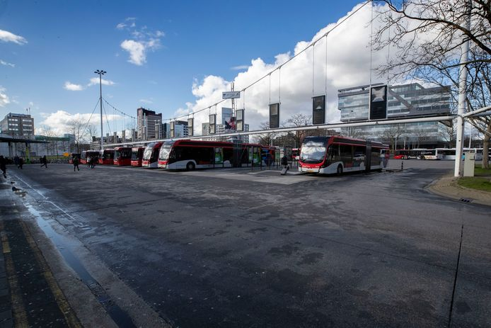 Busstation Neckerspoel. Hermes gaat minder vaak rijden, maar schrapt geen buslijnen.