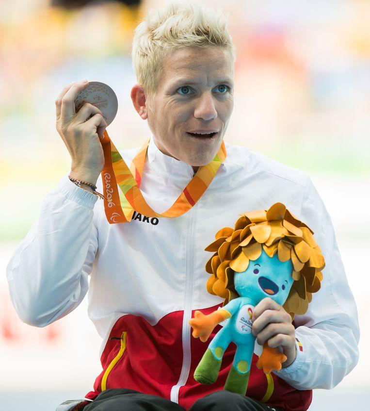 Marieke Vervoort met haar bronzen medaille tijdens de Paralympics in Rio. Beeld BELGA