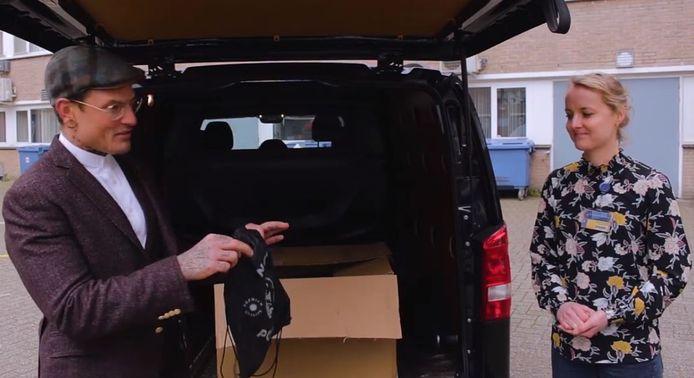 Joucke Modderkolk van Joucke's Barbershop overhandigt 100 goodiebags voor de mannelijke zorgverleners van het Slingeland ziekenhuis in Doetinchem.