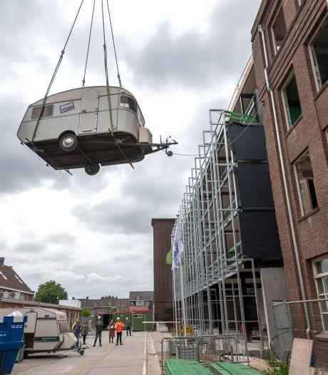Caravans eruit, hotel erin bij KVL in Oisterwijk