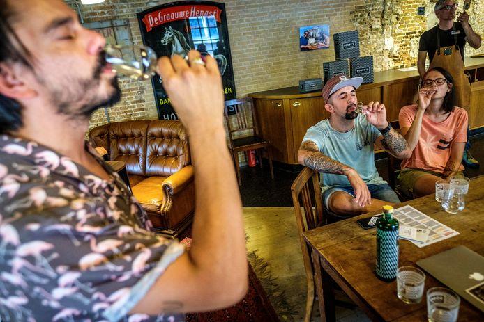 Sebastiaan van Bokkel, eigenaar van Bobby's Dry Gin & Jenever, doet het voor: proeven doe je met je ogen dicht. De deelnemers aan de workshop volgen gehoorzaam.