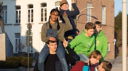 Jongeren hangen vogelkastjes op Sint-Poppoplein