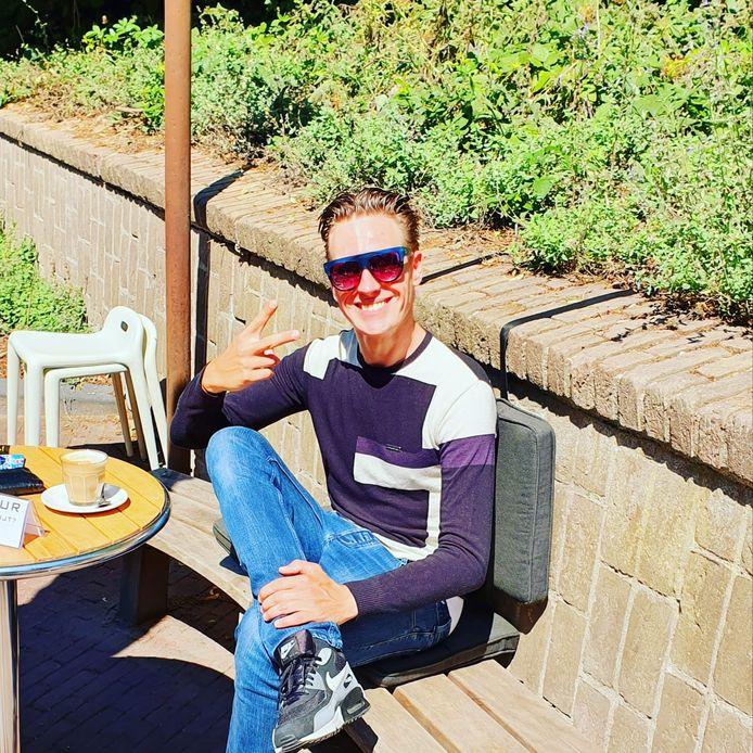Vlogger Remco Olde-Keizer aan de koffie op een terras in Oosterbeek.
