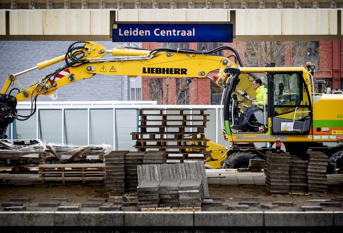 2019-03-27 08:38:20 LEIDEN - Werkzaamheden tijdens de ochtendspits op treinstation Leiden Centraal. Rond het station worden rails, dwarsliggers, wissels en bovenleidingen vervangen. ANP KOEN VAN WEEL