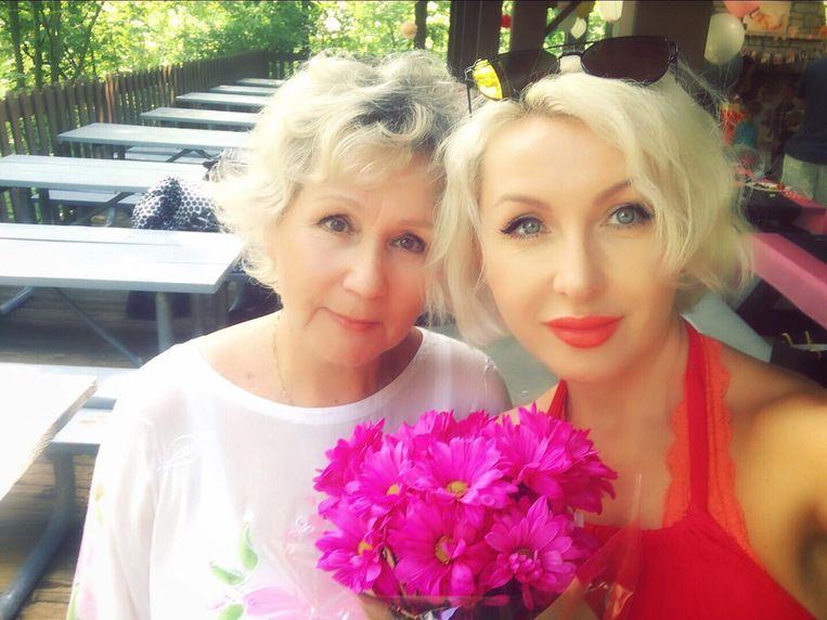 Elena met haar moeder Larissa.